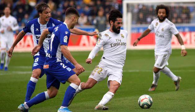 foto de El centrocampista del Real Madrid Isco disputa el balón con el centrocampista del Deportivo Alavés Tomás Pina