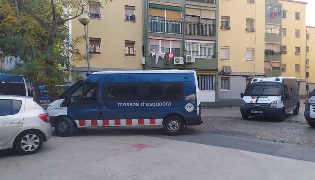 Mossos D'Esquadra, en una operación contra el tráfico de drogas y armas en Badalona.