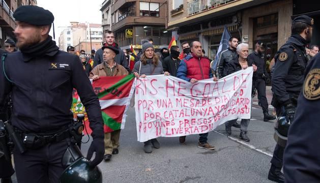 Once manifestantes a favor del diálogo en Cataluña y los presos de Alsasua, escoltados en Calahorra