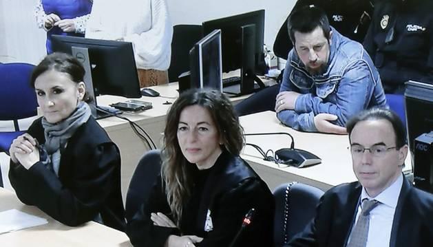 Vista de la pantalla donde los medios siguen el juicio contra José Enrique Abuín Gey, alias el Chicle, (tercero por la derecha, atrás) y las defensas y la acusación, durante la lectura del veredicto.
