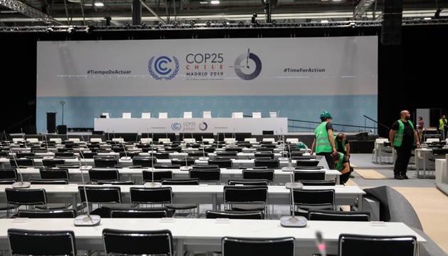 foto de Varios operarios trabajan en el plenario de la Feria de Madrid en los preparativos de la Cumbre del Clima