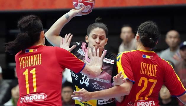 Alicia Fernández intenta superar la defensa rumana.
