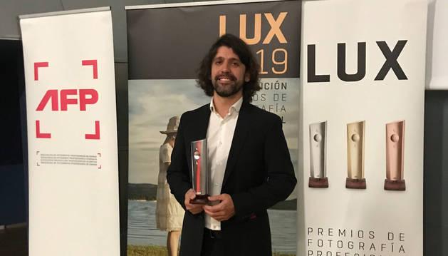 foto de Tejedor con su premio Lux.