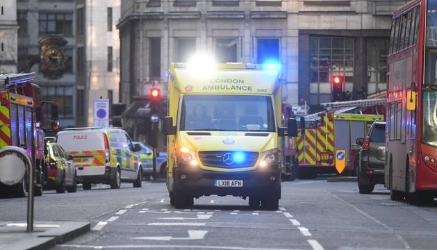 Los servicios de emergencia, en el lugar del ataque en Londres.