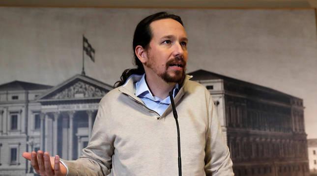 foto de El líder de Podemos, Pablo Iglesias, durante su comparecencia ante los medios tras recoger este jueves en el Congreso el acta de diputado