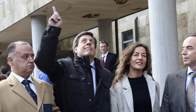 foto de El padre de Diana Quer Juan Carlos Quer hace un gesto al cielo en referencia a su hija, junto a su equipo jurídico