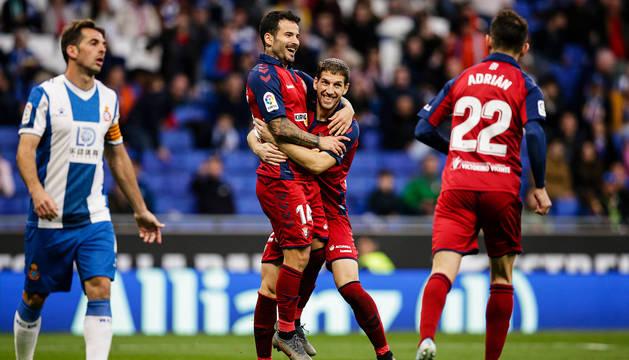 Darko Brasanac abraza a Rubén García para celebrar el 1-1 con Víctor y Adrián al lado.