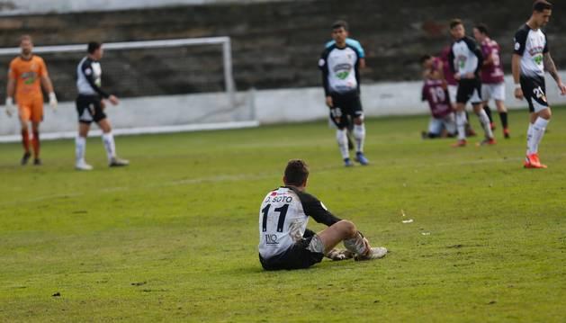 El jugador del Tudelano David Soto se muestra abatido tras la derrota que su equipo sufrió ayer ante el Haro Deportivo.