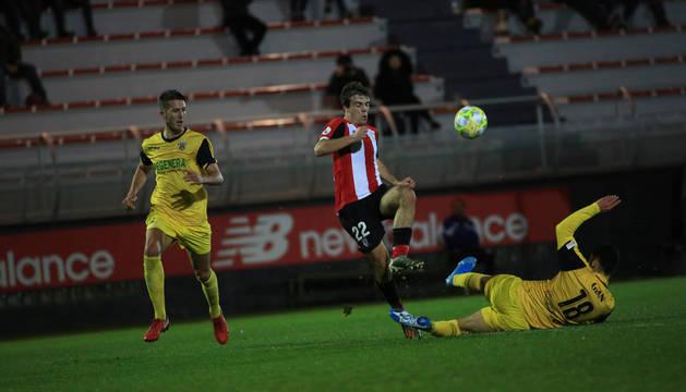 Foto de Franco Allala, del Izarra, se desliza en segada e intenta robar el balón a Juan Artola, del Bilbao Athletic.