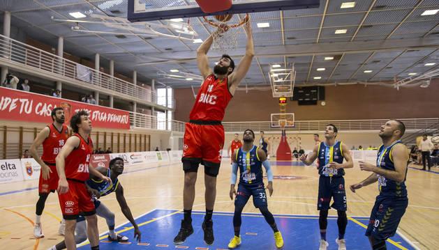 Rodrigo Gómez realiza un mate durante el partido que disputó ayer el Basket Navarra en Arrosadía.