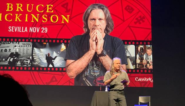 foto de Bruce Dickinson, durante el acto que celebró en Sevilla.