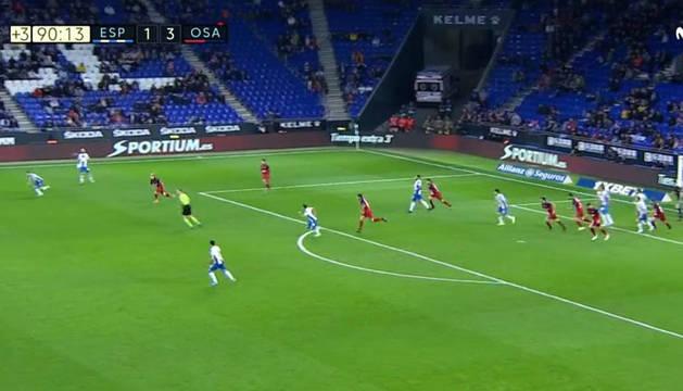 Momento en el que la defensa de Osasuna despeja el balón y el 'Chimy' comienza su carrera que terminó en el penalti.