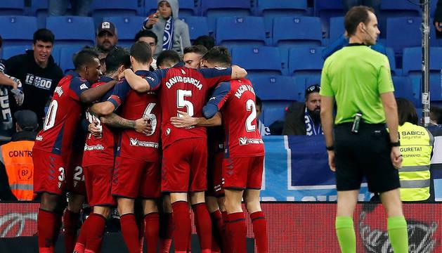 Los jugadores de Osasuna celebran uno de los goles marcados en el RCDE Stadium.