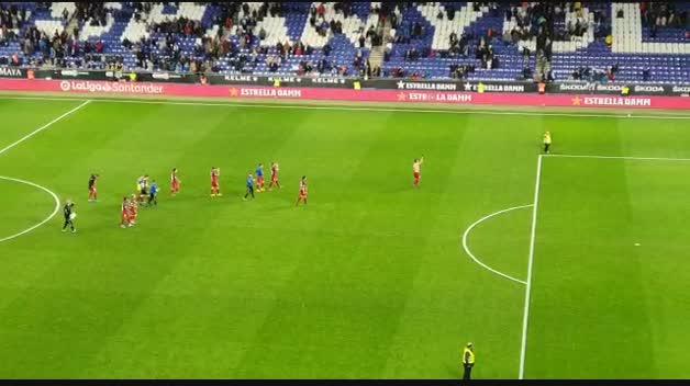 Los jugadores han celebrado la victoria con la afición de Osasuna en el RCDE Stadium