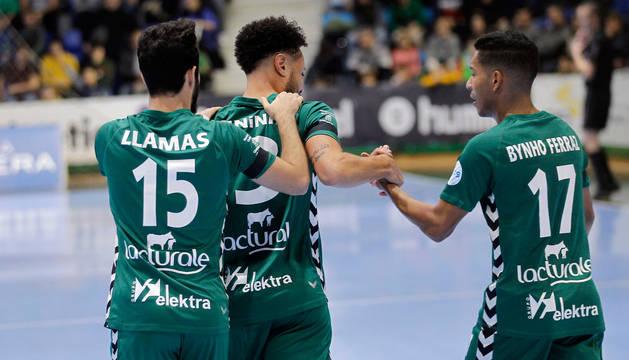 foto de Los jugadores de Osasuna Magna, Llamas, Juninho y Bynho, celebran el gol del cierre brasileño que supuso el empate a 1.