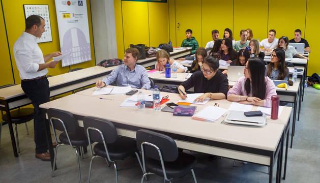 Estudiantes, en clase en la UPNA.