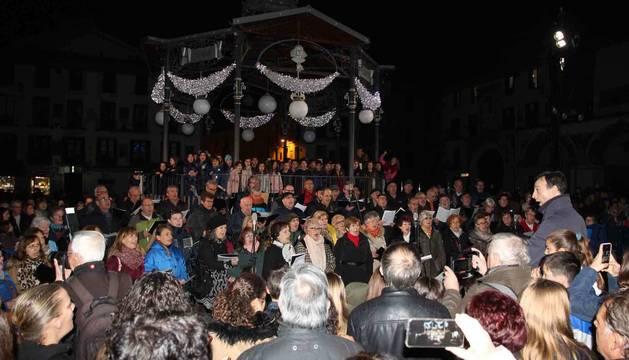 Los asistentes al acto de encendido de la iluminación navideña rodearon a los coros participantes durante sus actuaciones.
