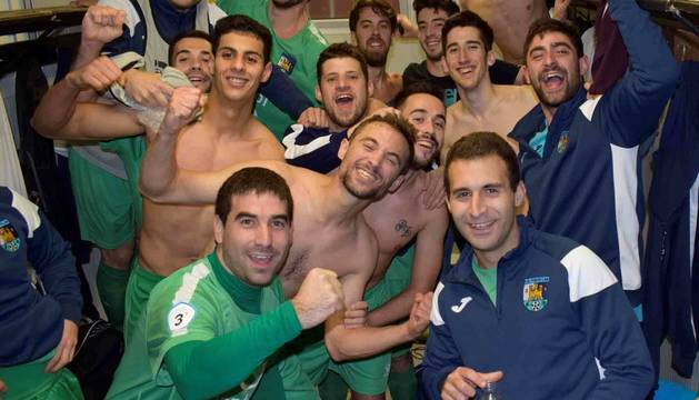 Los jugadores del Fontellas en el vestuario tras ganar al Cortes 1-2. Su primera victoria en Tercera.