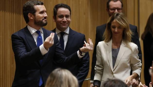 Foto del presidente del Partido Popular, Pablo Casado (i), llega junto a la portavoz de la formación en el Congreso, Cayetana Álvarez de Toledo (d) y al secretario general, Teodoro García Egea (c), al Congreso de los Diputados.