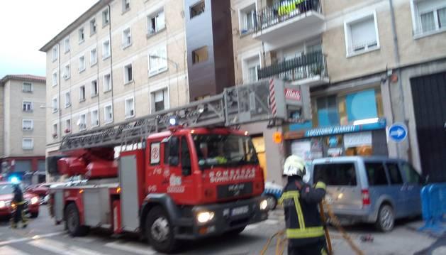 Imagen de un camión de bomberos, junto a la vivienda en la que se ha registrado el fuego en Pamplona.