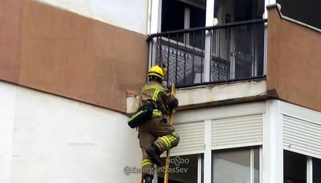 Investigan el abandono de una niña de 4 años que pedía ayuda desde un balcón