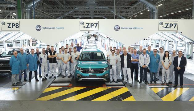 El coche 300.000 de Volkswagen Navarra, un T-Cross con destino Japón, en la línea de Revisión Final, junto a trabajadores de Producción y Calidad.