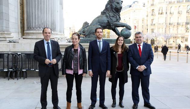Los diputados por Navarra, ayer en la puerta del Congreso tras la sesión constitutiva. De izquierda a derecha: Carlos García Adanero (Navarra Suma, UPN), Bel Pozueta (EH Bildu), Sergio Sayas (Navarra Suma, UPN), Ione Belarra (Unidas Podemos) y Santos Cerdán (PSN).