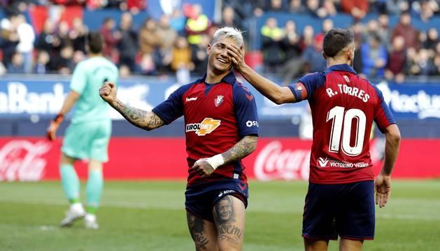 Foto del Chimy Ávila y Roberto Torres, en el último encuentro en El Sadar contra el Athletic.