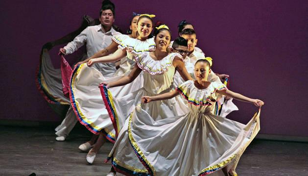 El grupo 'Ecuatorianos en Navarra' actuó en segundo lugar y bailó una fusión de danzas tradicionales.