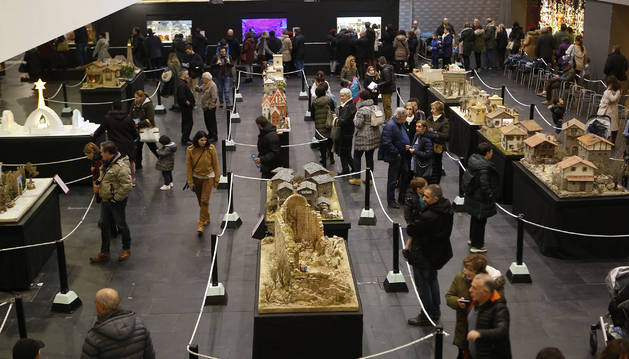 Foto de cientos de ojos abservaron ayer cada uno de los 40 belenes de la exposición de Baluarte, porexpan hecho arte. La imagen se tomó ayer a media tarde.