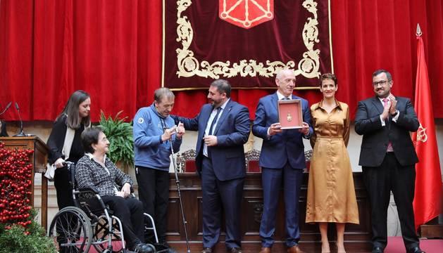 Acto institucional de celebración del Día de Navarra, en el que la presidenta María Chivite ha entregado la Medalla de Oro de la comunidad a la asociación de daño cerebral ADACEN.