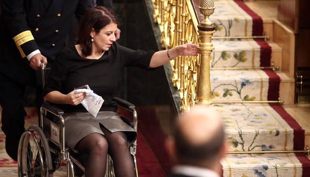 La portavoz del PSOE en el Congreso, Adriana Lastra, en silla de ruedas tras su caída en el hemiciclo.