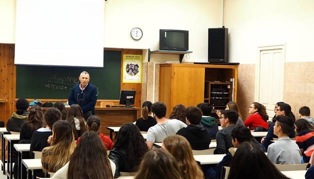 Antonio García, miembro de la asociación Atehna y trasplantado de hígado en 2006, con alumnos de Jesuitas
