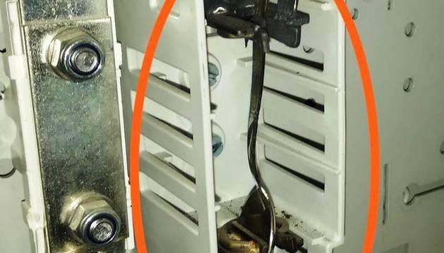 Foto de la cuchara doblada y encajonada en la caja exterior de la vivienda para lograr la electricidad.