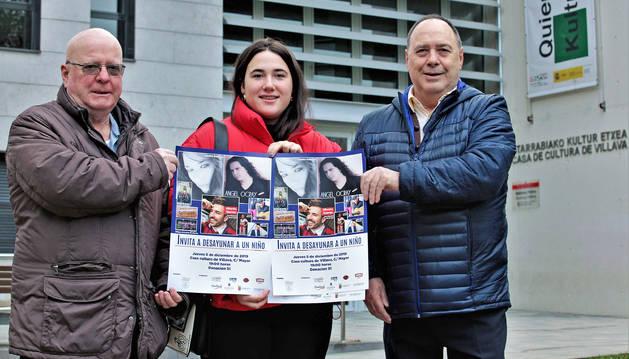 Javier Sagüés, Garbiñe Ullate y Fernando Lazcano con el cartel de la actuación para este jueves en Villava. Falta Asun Scaloni.
