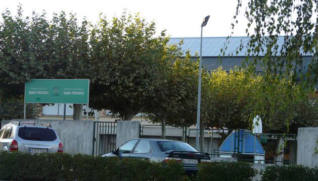Foto del acceso al colegio público San Pedro, en la localidad de Mutilva.