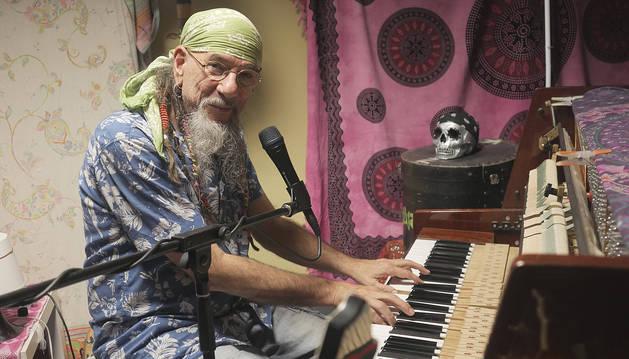 Enrique Villarreal, ante el piano en el que compone sus canciones.