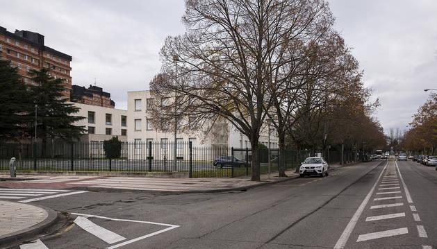 El instituto en la actualidad, con la calle Arcadio María Larraona delante de su acceso principal.