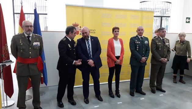 Foto del delegado del Gobierno en Navarra, José Luis Arasti (tercero por la izquierda), y la presidenta de Navarra, María Chivite, en un acto de conmemoración del 41º aniversario de la Constitución.