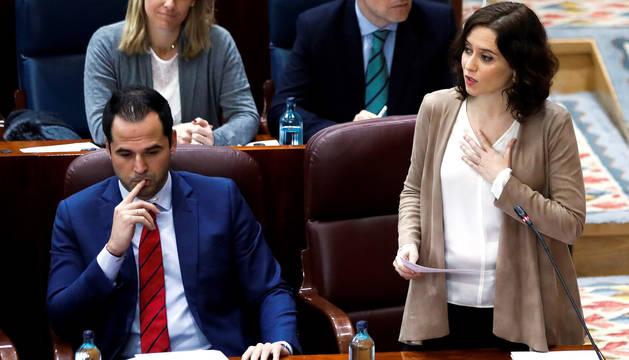 La presidenta de la Comunidad de Madrid, Isabel Díaz Ayuso y su vicepresidente Ignacio Aguado durante el pleno de la Asamblea.