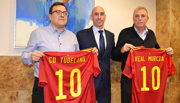 El presidente del Tudelano, Jesús MIranda (izda.) y el del Murcia, Francisco Tornel, (dcha.) junto a Luis Rubiales.