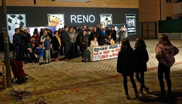 Imagen de la protesta ante el primer local de juego de Sarriguren.
