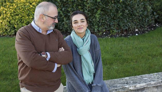 El pamplonés Ignacio López Goñi, de 57 años y profesor de Microbiología en la UN, mira a la menor de sus cinco hijos, Ana López Recalde, de 20 y estudiante de 3º de Enfermería en la UN. Los dos, junto con la psiquiatra Azucena Díez, de la CUN, han escrito 'Princesas de cristal'.