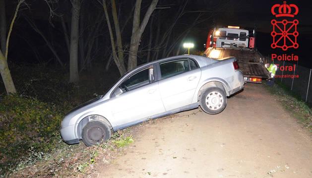 Imagen del primer vehículo que se salió de la vía y arrolló al herido cuando trataban de remolcarlo.