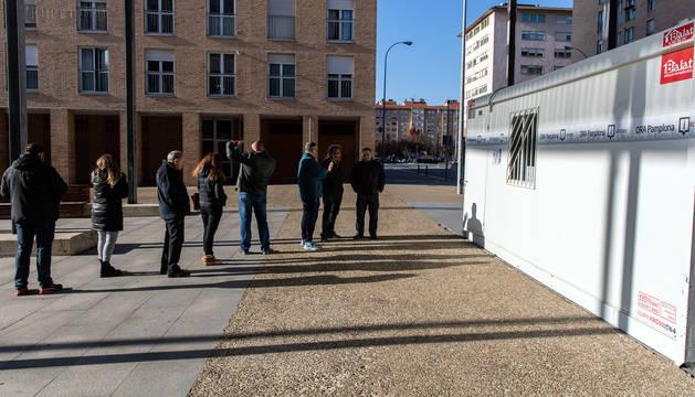 foto de Numerosos vecinos acudieron este jueves al punto de información abierto del paseo Anelier, en la Rochapea.