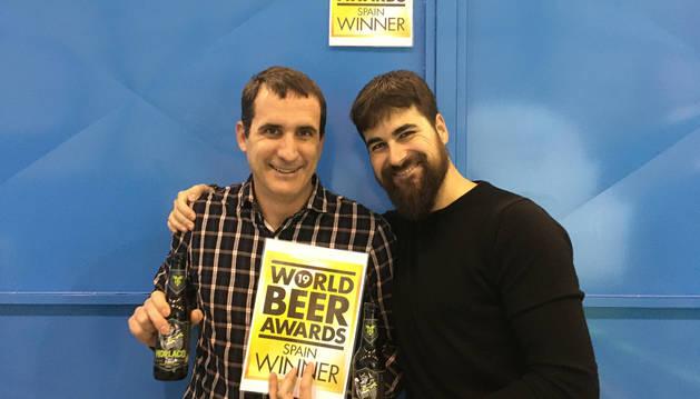 foto de Asier Aguirre y David Salinas, los dos socios y fundadores de Pamplona Brewing SL (cerveza artesana Morlaco) con el premio WBA 2019 y la cerveza premiada en las manos