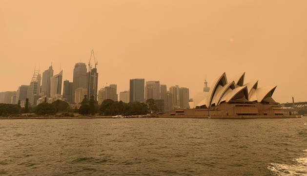 foto de Sídney se ha visto afectada por una espesa capa de humo del centenar de incendios que arden en la costa este de Australia
