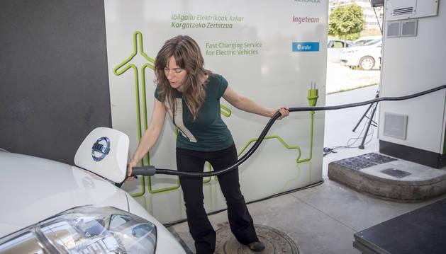 """El Gobierno foral """"promoverá la cobertura del territorio de las instalaciones de recarga, campañas, subvenciones y beneficios fiscales la adquisición y uso de vehículos eléctricos o de emisiones 0""""."""