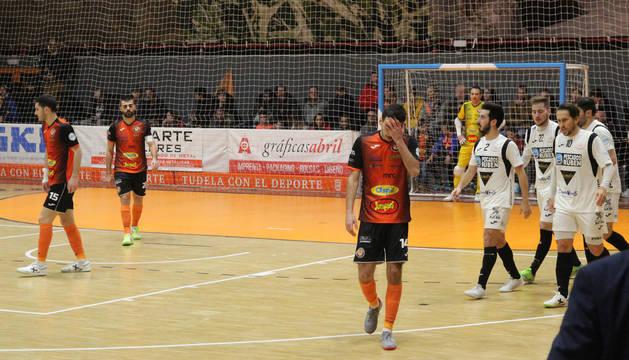 El jugador del Aspil Lucas, con gesto de desolación, tras uno de los goles del Burela.