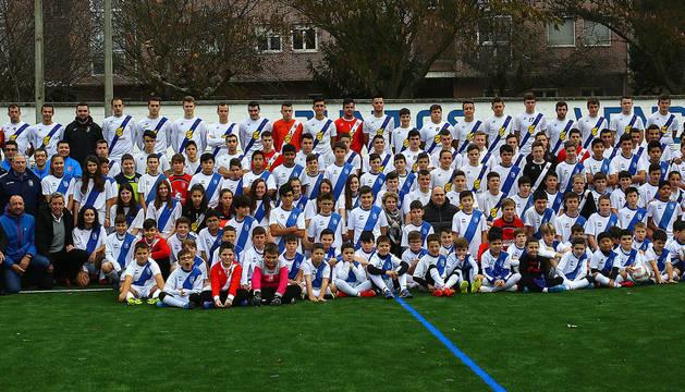 Las autoridades invitadas posan junto a los doce equipos de fútbol de Cantolagua en el acto de inauguración.